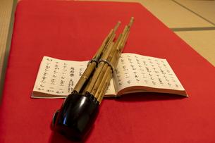 雅楽の笙と楽譜の写真素材 [FYI04794760]