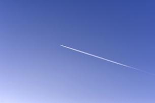 青空と飛行機雲の写真素材 [FYI04794819]