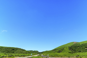 阿蘇山(カルデラ) 最高に美しい晴天空を背景に阿蘇山噴火風景 2020年(夏)の写真素材 [FYI04794961]