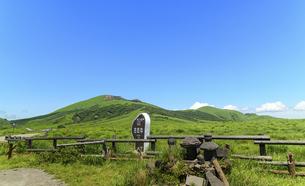阿蘇山(カルデラ) 最高に美しい晴天空を背景に阿蘇山噴火風景 2020年(夏)の写真素材 [FYI04794995]