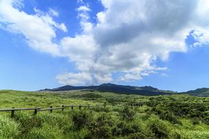 阿蘇山(カルデラ) 最高に美しい晴天空を背景に阿蘇山噴火風景 2020年(夏)の写真素材 [FYI04794996]