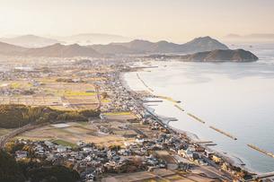 【香川県】大坂峠から見る夕方の東かがわ市の景色 自然風景の写真素材 [FYI04794999]
