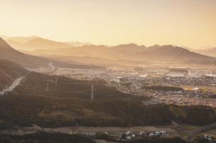【香川県】大坂峠から見る夕方の東かがわ市の景色 自然風景の写真素材 [FYI04795001]