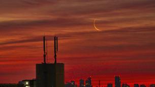 都会 夜明け前の三日月の写真素材 [FYI04795010]