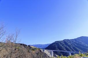 晴天空に太陽の輝きを背景に新阿蘇大橋風景2021年2月の写真素材 [FYI04795017]