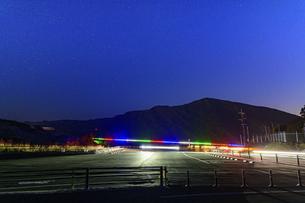 新阿蘇大橋『復興への光の架け橋』ライトアップ2021年2月の写真素材 [FYI04795054]