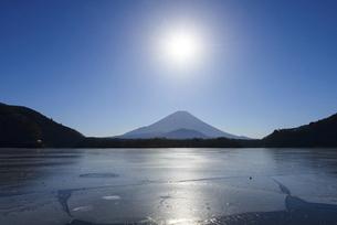 山梨県 凍る精進湖より富士山と太陽の写真素材 [FYI04795152]