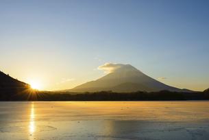 山梨県 凍る精進湖より夜明けの富士山の写真素材 [FYI04795153]