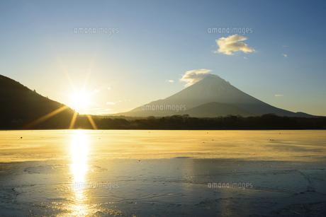 山梨県 凍る精進湖より夜明けの富士山の写真素材 [FYI04795154]