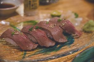 琉球グラスのお皿にのった美味しそうな宮古牛の握り寿司の写真素材 [FYI04795156]