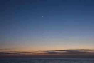 静かな海の夕暮れと三日月の写真素材 [FYI04795184]