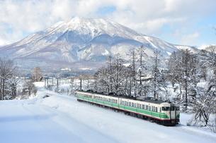 雪景色の黒姫山と115系の写真素材 [FYI04795258]