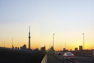 夕焼けのスカイツリーの写真素材 [FYI04795452]