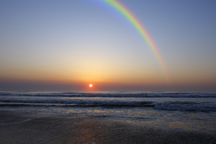 虹と九十九里の日の出の写真素材 [FYI04795529]