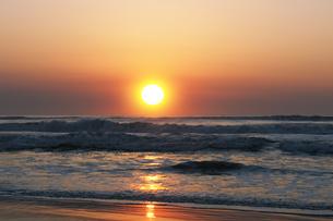 九十九里の日の出の写真素材 [FYI04795530]