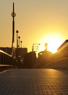 夕日と輝く石畳の歩道の写真素材 [FYI04795539]