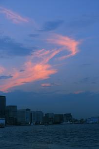 東京港と夕焼け雲の写真素材 [FYI04795546]