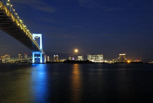 満月と青いレインボーブリッジの写真素材 [FYI04795550]