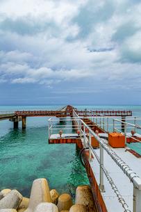 美しい17ENDの海と沖へと真っ直ぐに伸びる下地島空港の誘導灯の写真素材 [FYI04795596]
