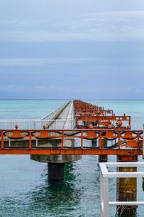 美しい17ENDの海と沖へと真っ直ぐに伸びる下地島空港の誘導灯の写真素材 [FYI04795599]