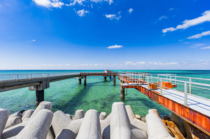 美しい17ENDの海と沖へと真っ直ぐに伸びる下地島空港の誘導灯の写真素材 [FYI04795603]