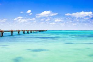 美しい17ENDの海と下地島空港の誘導灯の写真素材 [FYI04795606]