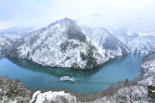 冬の北陸 庄川峡の雪景色と遊覧船の写真素材 [FYI04795610]