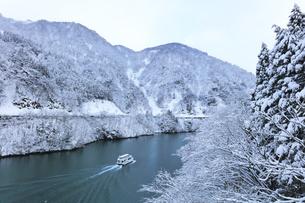 冬の北陸 庄川峡の雪景色と遊覧船の写真素材 [FYI04795612]
