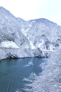冬の北陸 庄川峡の雪景色と遊覧船の写真素材 [FYI04795613]