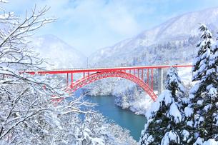 冬の北陸庄川峡 利賀大橋と雪景色の写真素材 [FYI04795614]