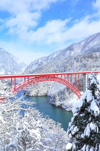 冬の北陸庄川峡 利賀大橋と雪景色の写真素材 [FYI04795615]