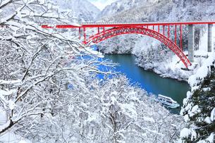 冬の北陸庄川峡 利賀大橋と遊覧船に雪景色の写真素材 [FYI04795616]