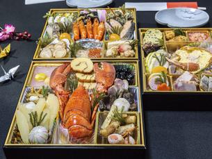 テーブルに広げた3段重ねのお節料理の写真素材 [FYI04795622]