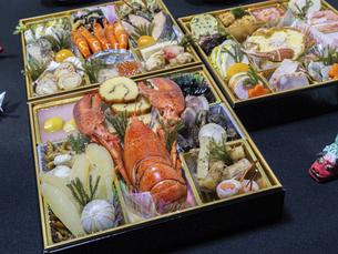 テーブルに広げた3段重ねのお節料理の写真素材 [FYI04795625]