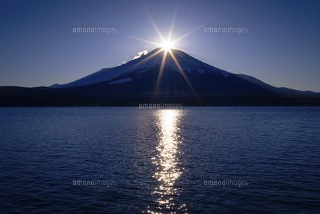山梨県 山中湖よりダイヤモンド富士の写真素材 [FYI04795645]
