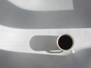 光と影、日差しが入る。コーヒーを飲む時間。の写真素材 [FYI04795658]