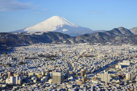 神奈川県 降雪の秦野市街地と富士山の写真素材 [FYI04795678]