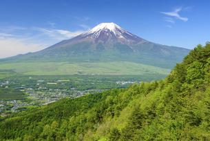 山梨県 忍野村より新緑の稜線と富士山の写真素材 [FYI04795679]