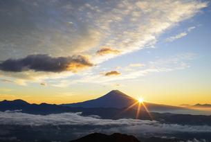 富士山からの日の出と雲海の写真素材 [FYI04795680]