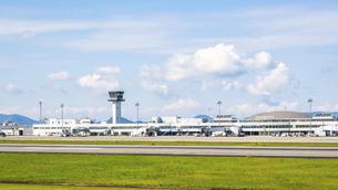 【香川県 高松市】さぬきこどもの国からみる高松空港の写真素材 [FYI04795686]