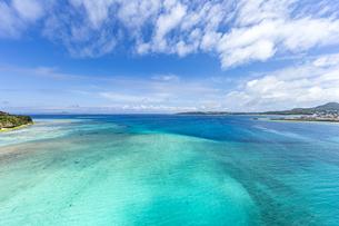 瀬底大橋からの美しい眺めの写真素材 [FYI04795775]