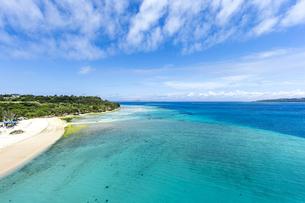 瀬底大橋からの美しい眺めと眼下のアンチ浜の写真素材 [FYI04795776]