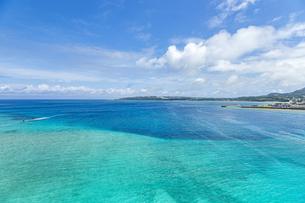 瀬底大橋からの美しい眺めの写真素材 [FYI04795777]