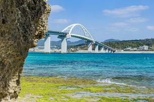 エメラルドグリーンの海に架かる瀬底大橋の写真素材 [FYI04795784]