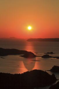 九十九島の夕日を展海峰から眺める(縦位置)の写真素材 [FYI04795788]