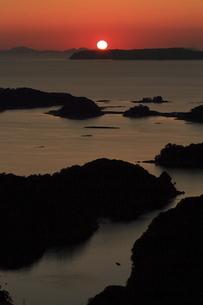 東シナ海の九十九島に沈む夕日を展海峰から眺める(縦位置)の写真素材 [FYI04795793]