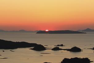 東シナ海の九十九島に沈む夕日を展海峰から眺めるの写真素材 [FYI04795795]