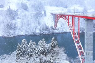 冬の北陸庄川峡 利賀大橋と雪景色の写真素材 [FYI04795799]