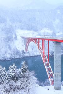 冬の北陸庄川峡 利賀大橋と雪景色の写真素材 [FYI04795800]