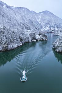 冬の北陸 庄川峡の雪景色と遊覧船の写真素材 [FYI04795801]